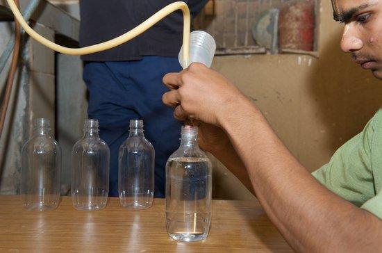 印度文化团体利用牛尿制造饮料(组图)