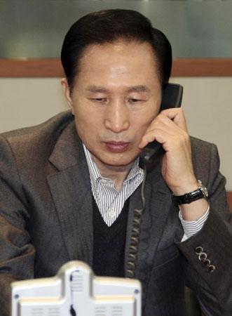 图文:韩国总统李明博通过电话听取汇报