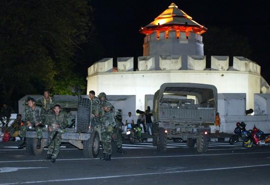 图文:泰国士兵在总理府外结集待命