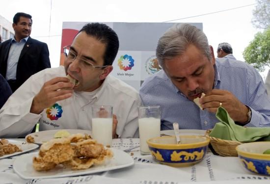 图文:墨西哥部长带头食猪肉