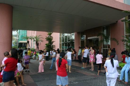 图文:居民在大楼外躲避地震