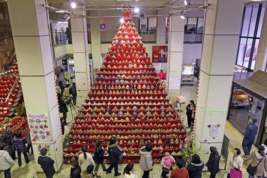 组图:日本古装娃娃搭成金字塔迎接女孩节
