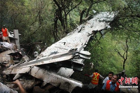 巴基斯坦客机坠毁现场吓晕救援者(组图)