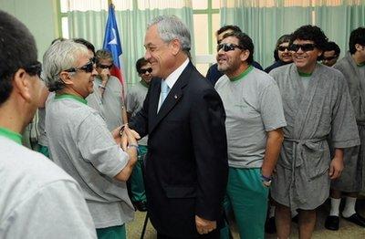 智利33名获救矿工在医院与总统合影(组图)