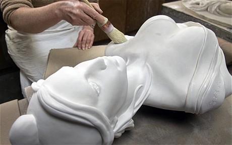 """法国一个小镇的市长近日更换了市政厅的女性雕塑,原因是其""""胸部太大""""。"""