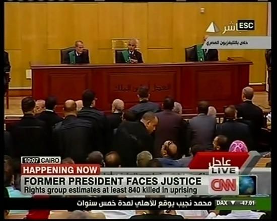 这张美国CNN电视台8月3日的电视截图显示的是开罗一法庭审判埃及前总统穆巴拉克的现场画面。