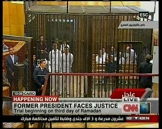穆巴拉克及其两个儿子在开罗一法庭接受审判