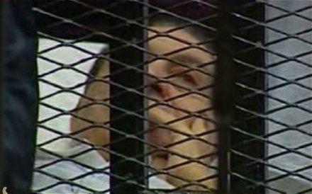 穆巴拉克现在躺在床上,身穿白色上衣。