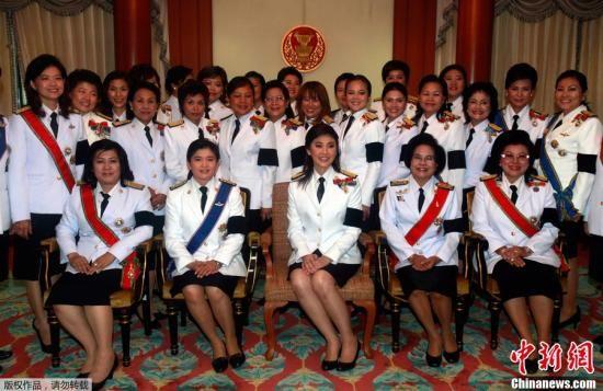8月1日,在泰国曼谷,为泰党总理候选人英拉・西那瓦(前中)在新一届国会启动仪式前与为泰党成员合影。