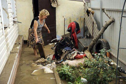 俄罗斯南部克拉斯诺达尔边疆区6日晚至7日凌晨遭暴雨袭击并引发洪灾,截至目前造成155人死亡。