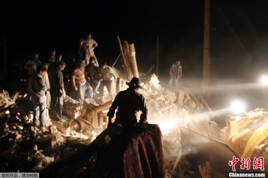 8月12日,据法新社援引伊朗官员的话报道称,伊朗西北部大不里士地区11日发生的两次大规模地震及数十次余震,已造成至少250人死亡,2000多人受伤。图为当地时间8月11日晚救援人员在地震现场搜救幸存者并寻找遇难者遗体。
