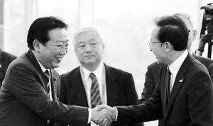 野田与李明博碰面,双方微笑、握手,却没说话。