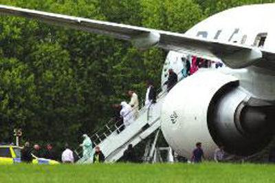 客机降落后,英国警方以威胁飞机安全为由逮捕机上两名乘客,两人均为