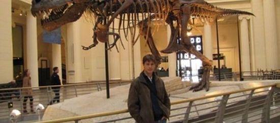 【环球网综合报道】据法国《巴黎人报》3月5日报道,3月5日在美国发表的一项研究显示,葡萄牙发现恐龙新种类。这种恐龙距今已有1.5亿年,很可能是曾生活在欧洲的体形最大的恐龙。   报道称,相关研究者在葡萄牙首都里斯本北部发掘这具肉食恐龙化石。这头恐龙身长或达10米,重4到5吨。古生物学家起初将这只恐龙归为曾经生活在北美的蛮龙。但通过分析恐龙化石的胫骨、上颌骨、牙齿及部分尾椎骨,古生物学家最终确定这只恐龙属于新种类,并将其命名为蛮龙格尼。   相关研究人员克利斯朵夫•亨德里克斯和奥克塔维奥&#