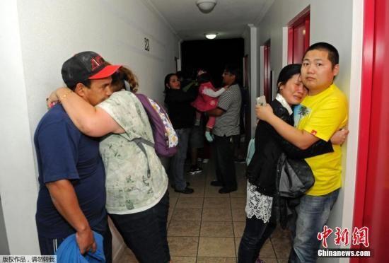 当地时间4月1日,智利伊基克,人们在远离海岸的一个高层公寓楼内避险。
