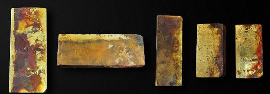 美国寻宝公司奥德赛海洋探索公司从海底古老沉船打捞出27公斤黄金,包括5根金条和2枚金币。(网页截图)