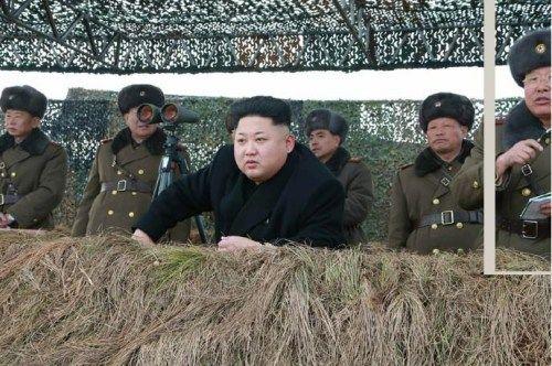 根据朝鲜最高司令官金正恩的直接倡议,朝鲜人民军西部前线机械化打击集团装甲步兵部队举行冬季渡江攻击演习。