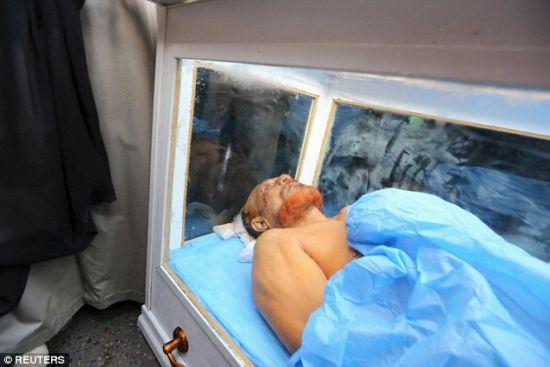 图为萨达姆前亲信尸体被装进玻璃棺。