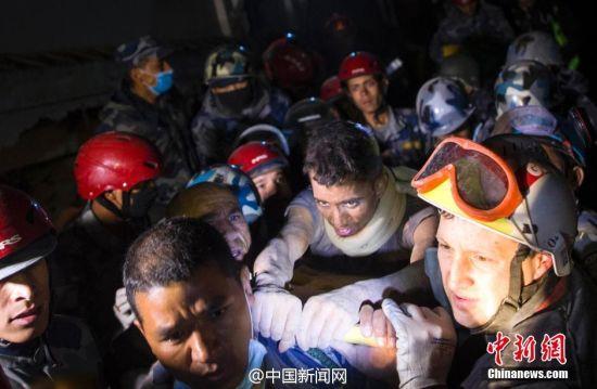 尼泊尔男子地震被埋82小时后生还