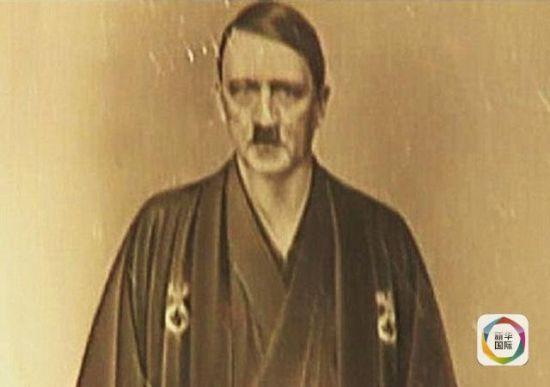 希特勒身穿带有纳粹标志的和服。(图片来源:《每日邮报》网站)