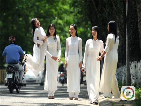 图为身着越南传统奥黛的妇女。
