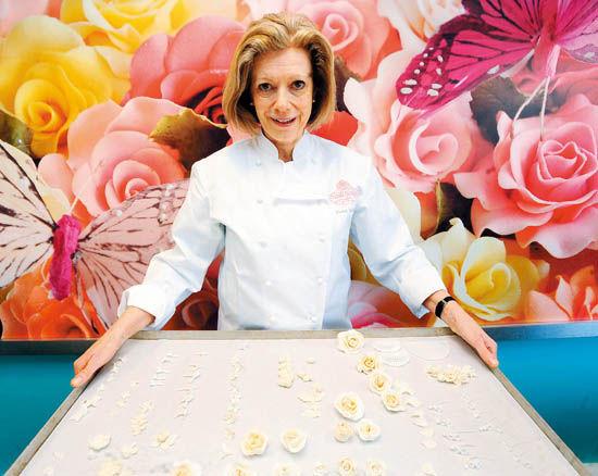 点心师菲欧娜·科恩斯将延用维多利亚时代的一个习俗,把16种花卉和叶子装饰在蛋糕上