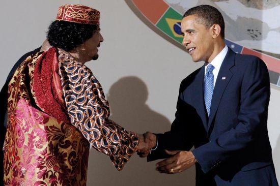 2009年7月9日,意大利, 拉魁拉:美国总统奥巴马同利比亚领导人卡扎菲在G8峰会上。