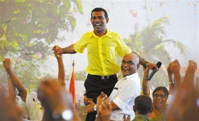 8日,马累,马尔代夫前总统纳希德(中)辞职后首次亮相。
