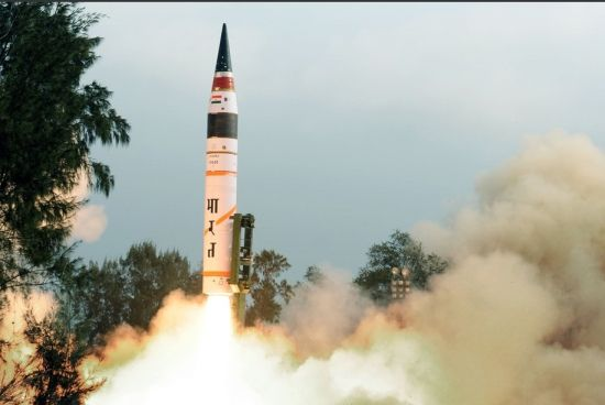 印度当地时间19日8时5分从东部惠勒岛试射了自主研制的、射程超过5000公里并可携带多枚核弹头的烈火-5型中程弹道导弹。新华社图