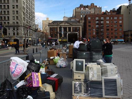 工作人员在美国纽约联合广场回收市民送来的电子垃圾。一项强制电器厂商为纽约州居民免费回收电子垃圾的新法律于去年4月1日生效。本报记者吴凯翔/摄