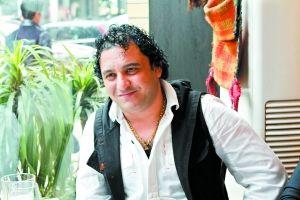 萨玛德 年龄:38岁,来自巴格达。 经历:在广州生活7年,经营一家阿拉伯餐馆。