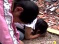 女孩长跪在老师遗体前