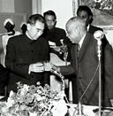 1964年1月,周恩来总理访问苏丹共和国。苏丹武装部队最高委员会主席易卜拉欣・阿布德为周总理举行欢迎宴会。