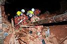 消防部队在废墟中搜救民众