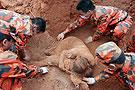 消防官兵挖出群众遗体