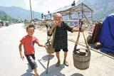 76岁的老人和儿女们重建家园