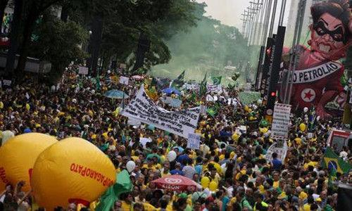 巴西圣保罗街头的大规模游行示威景象