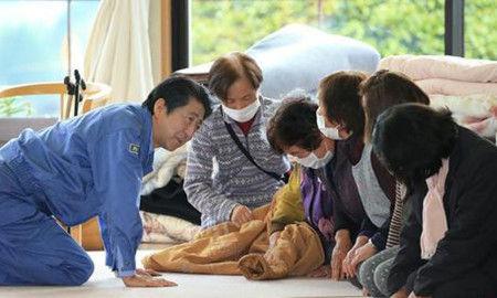 4月23日,日本首相安倍晋三前往熊本县南阿苏村临时安置点激励灾民