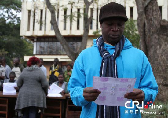 一位选民在查阅候选人的信息