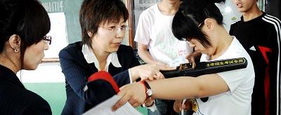 2008年,国内若干省市在高考期间使用金属探测器对考生进行检查。CFP 资料