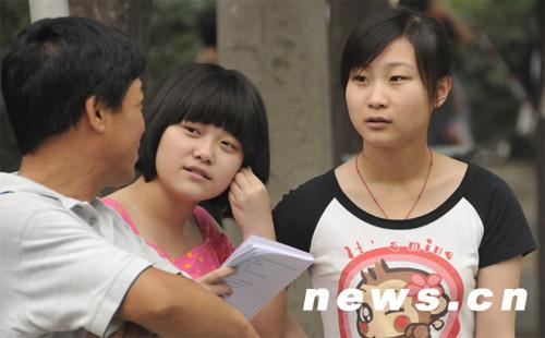 6月7日,在北京市京源中学考点参加高考的考生与家长交流,等待入场。当天,全国高考开始。新华网 前卫 摄