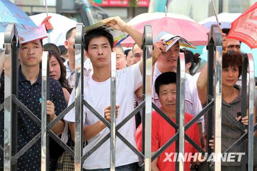 6月7日,家人在浙江省瑞安中学考点外等候迎接刚刚考完第一场考试的考生。新华社发(庄颖昶 摄)