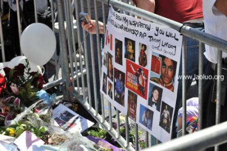 悼念墙堆满了粉丝的纪念品