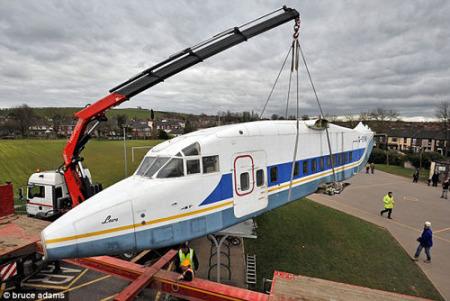 起重机将飞机从拖车上吊下来