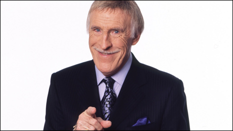 Bruce Forsyth is a famous British entertainer, who at 80 years old is still working hard and is as popular as he always was. Jo Reffin and Jean Dong tell us more about this British household name. 布鲁斯▪福塞斯是一位英国著名的电视表演艺术家,如今他已经是80岁的高龄,却依然活跃在英国的电视屏幕上。Jo Reffin和董征在本期节目中对这位英国家喻户晓的名人进行深入了解。