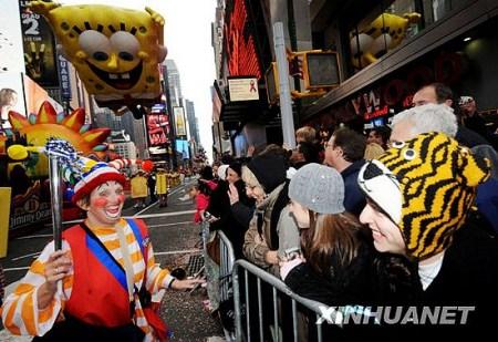 """11月26日,在美国纽约曼哈顿,一名参加感恩节游行的""""小丑""""向路边的观众打招呼。新华社记者申宏摄"""