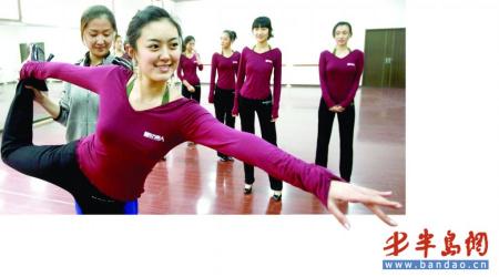 准备参加2010年艺考模特推介会的模特正在抓紧时间准备。记者 何毅