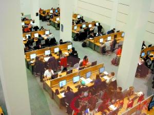 伦敦政治经济学院的图书馆座无虚席。