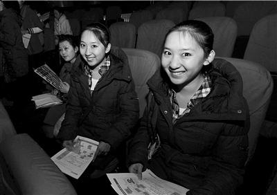 上海双胞胎姐妹同报相声喜剧专业。