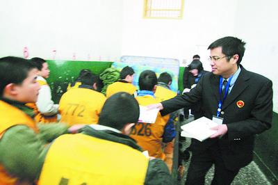 检察官来到长沙市一看守所,给失足少年送来一本励志书籍及营养品,并给他们加菜补充营养。石祯专摄
